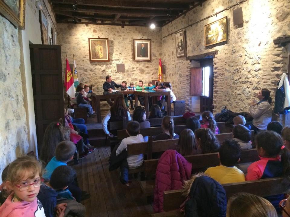 El Ayuntamiento de Gálvez recibe la visita de los niños del colegio para conmemorar la Constitución.